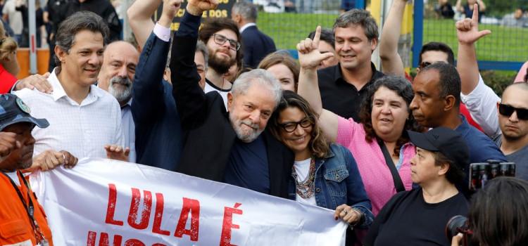 Lula chega a São Paulo em jatinho de Luciano Huck