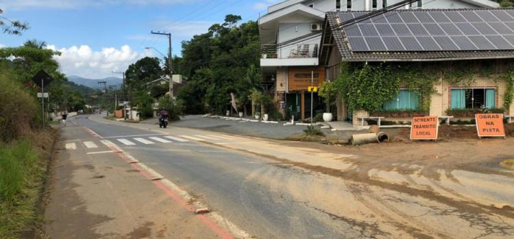 Prefeitura realiza ligação da rede de drenagem da Rua Waltraud Voigt