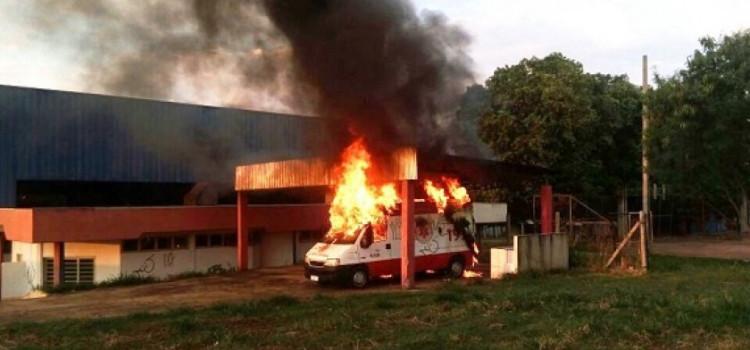 Veículo da Central de Ambulância da Prefeitura pega fogo nesta madrugada