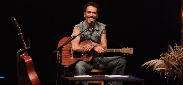 Nando Reis lota o Teatro Carlos Gomes no domingo