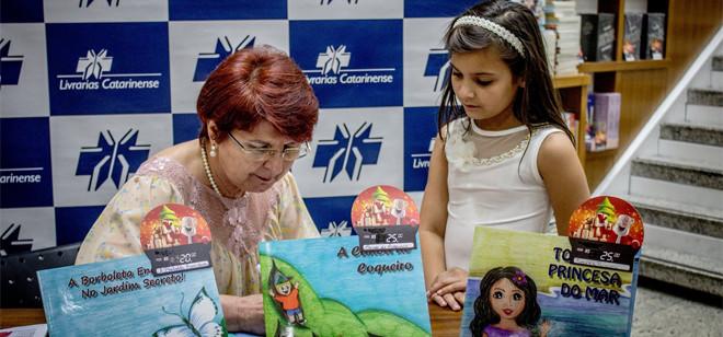 Lorena Zago lança obra em três idiomas nesta quarta em Blumenau