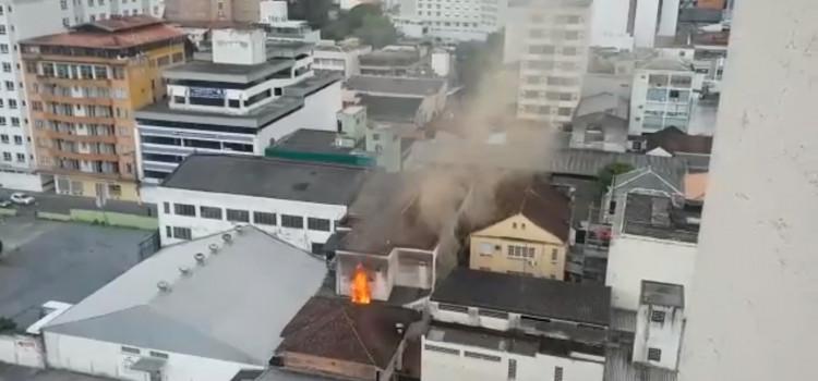 Apartamento pega fogo no Centro