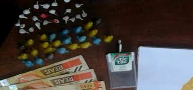 PM encontra 30 pedras de crack escondidas perto de ponto de ônibus