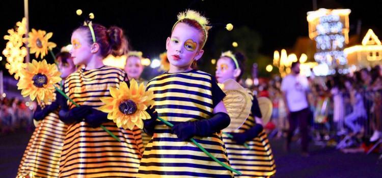Desfiles do Magia de Natal fascinam integrantes e turistas em Blumenau