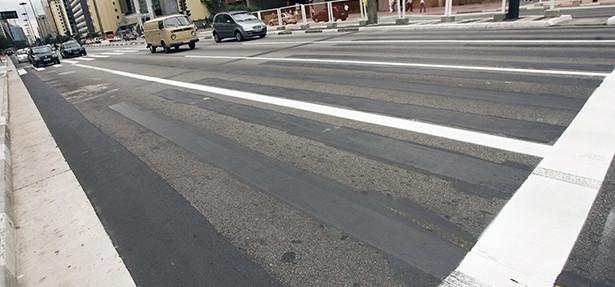 Linha contínua próxima a semáforos avisa se vai dar tempo de passar no amarelo