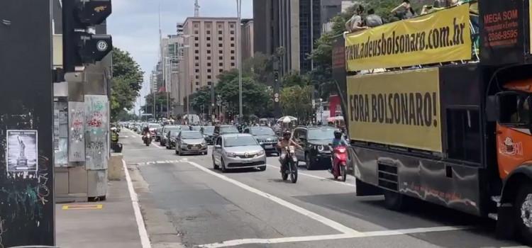 Direita faz carreata por impeachment de Bolsonaro