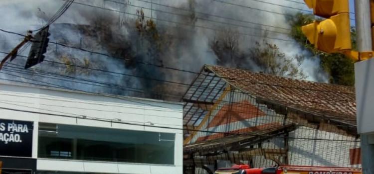 Incêndio atinge morro ao lado do Shopping Neumarkt
