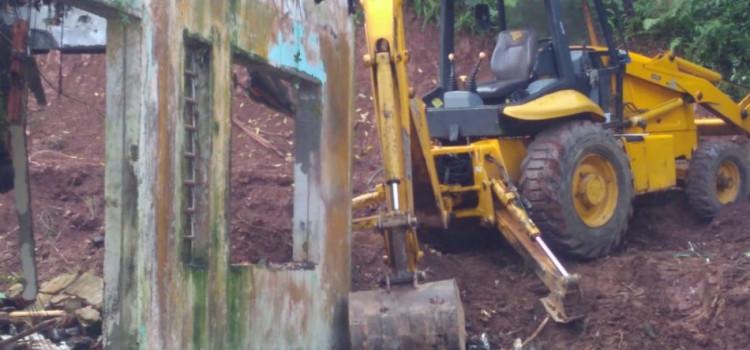 Defesa Civil acompanha demolição de estrutura em área de risco