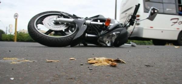 Mulher se fere em acidente de moto na Hermann Huscher