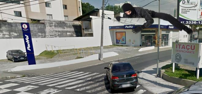 Bandido de preto escapa impune de assalto em farmácia na Rua São Paulo