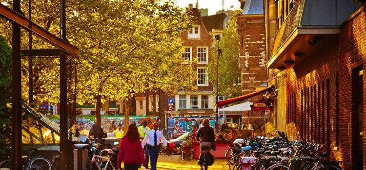 Por que Amsterdã está adotando medidas contra o turismo