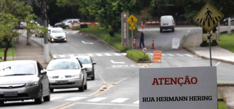 Prefeitura realiza pintura da sinalização viária na Rua Hermann Hering