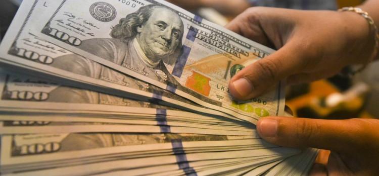 Dólar recua 1% e fecha a R$ 3,85 na última sessão antes do 1º turno