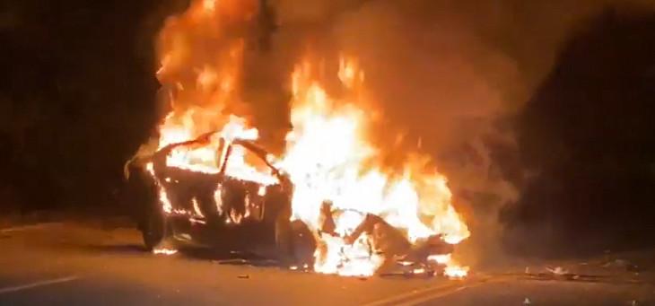Criminosos ateiam fogo em carro parado