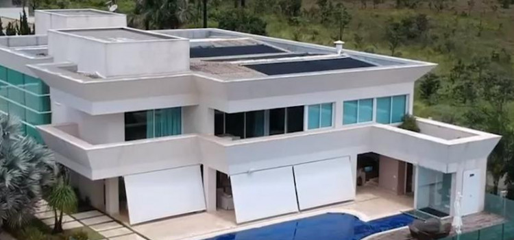 Congresso quer que Flávio Bolsonaro dê explicações sobre mansão em Brasília