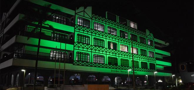 Prefeitura recebe iluminação verde pelo Dia da Defensoria Pública