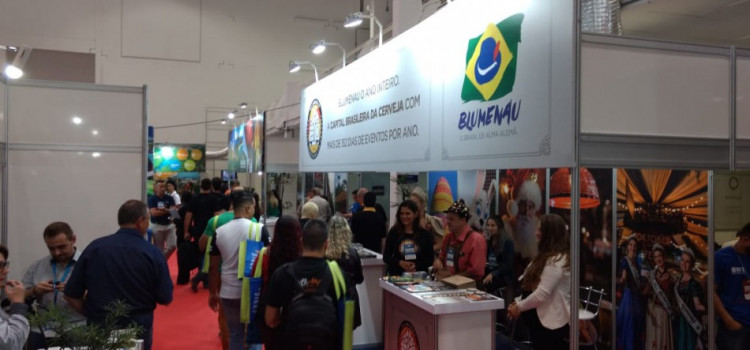 Mais de 400 pessoas participam de capacitação sobre Blumenau
