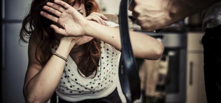 Covarde tenta agredir esposa e apanha das filhas delas