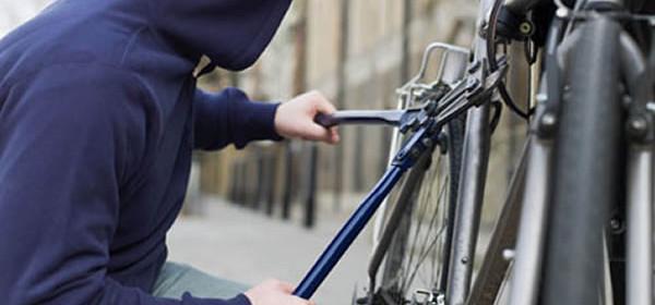Vagabundo rouba bicicleta na Rua Sete de Maio