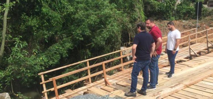 Lanzarin visita ponte interditada após forte chuva no Salto do Norte