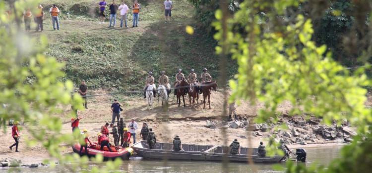 Ponte montada no rio Itajaí-Açu ajuda no salvamento de pessoas ilhadas