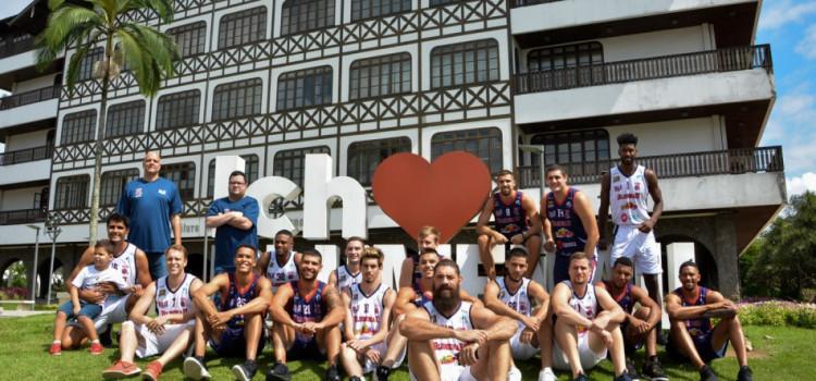 Time masculino de basquete é apresentado para a comunidade