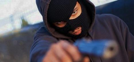 Covarde mascarado assalta homem no Centro