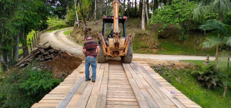 Intendência da Vila Itoupava reconstrói ponte na Rua Braço do Sul