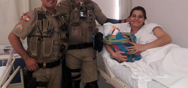 Mulher dá à luz no pátio de batalhão da PM em Floripa
