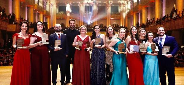 Professora da rede pública recebe Prêmio Educador Nota 10