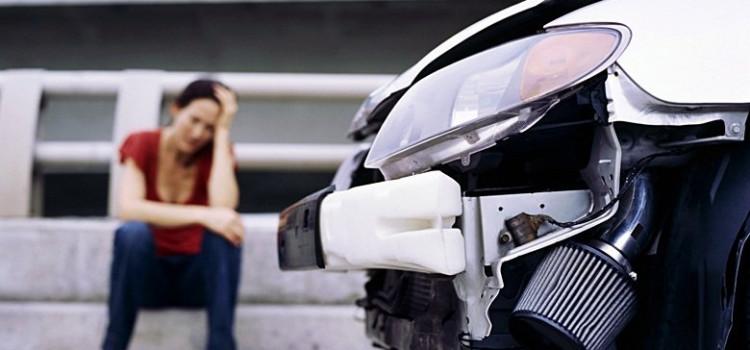Motorista bate em dois carros estacionados no Progresso