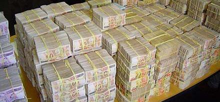 Ladrões roubam dinheiro de bancos no Centro