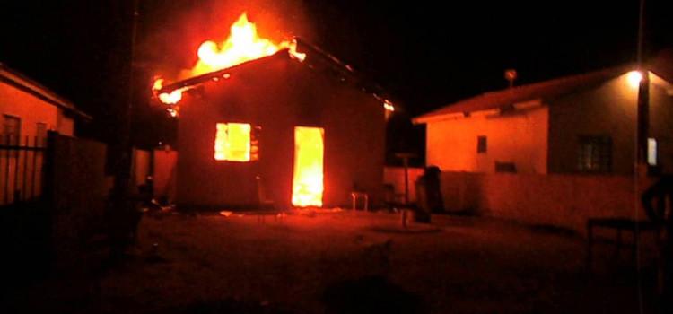 Casa pega fogo na Itoupavazinha