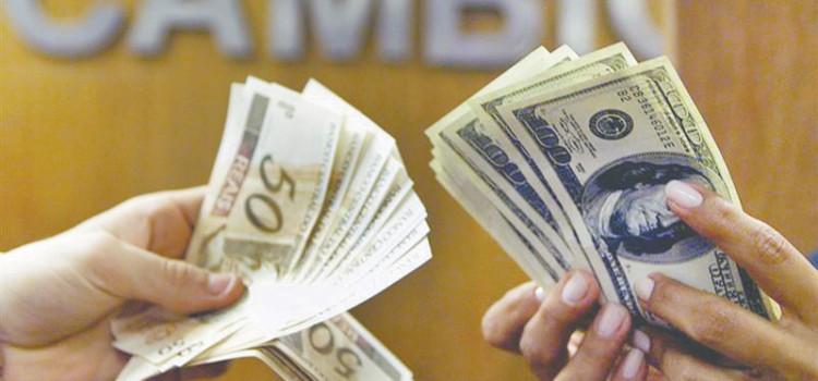 Em São Paulo, dólar turismo supera os R$4