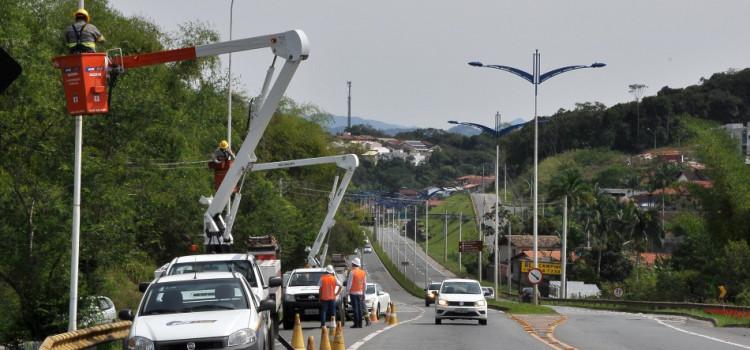 Prefeitura repõe iluminação pública em trecho da Via Expressa