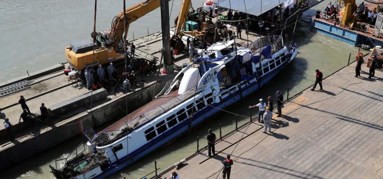 Equipes de busca encontram 4 corpos junto com barco que afundou na Hungria