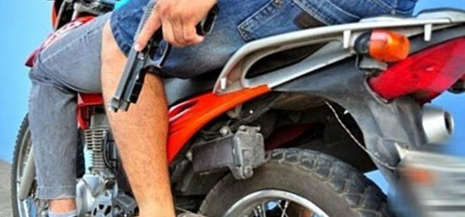 Dois covardes de moto roubam carro na BR-470