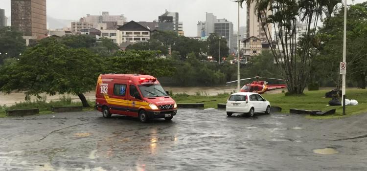 Bombeiros resgatam mulher que se atirou no Rio Itajaí