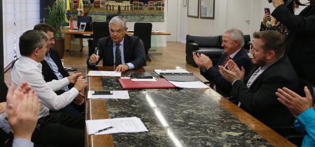 Governador assina decreto que reduz impostos para atacadistas