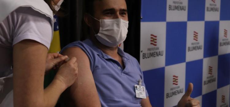 Prefeitura de Blumenau inicia vacinação contra Covid-19
